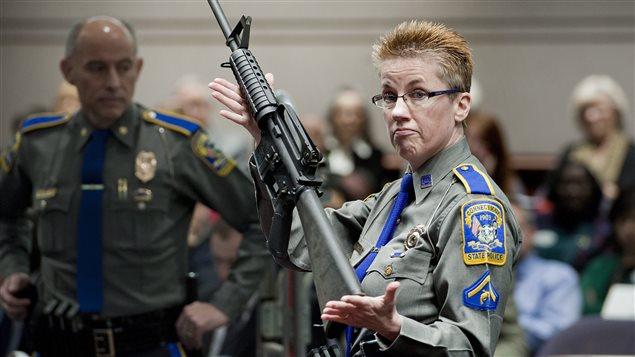 Au Connecticut, la détective Barbara J. Mattson présente une AR-15, arme semi-automatique parmi les plus vendues aux États-Unis.