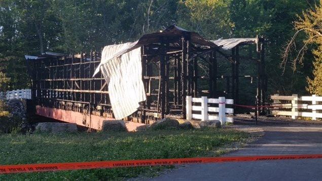 La structure a été presque entièrement détruite par les flammes.