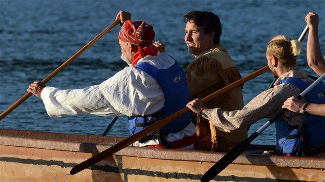 رئيس الحكومة الكندية جوستان ترودو (الثاني من اليسار) مجذفاً في قارب على نهر أوتاوا بعد مشاركته اليوم في مراسم شروق الشمس في مدينة غاتينو الكيبيكية الواقعة على النهر المذكور في إطار اليوم الوطني للسكان الأصليين
