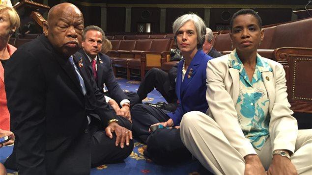 Des représentants démocrates, dont Donna F Edwards (à droite) et John Lewis (à gauche), tiennent un sit-in sur le sol de la Chambre des représentants, le 22 juin 2016 à Washington.