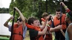 Certains camps de vacances offrent des activit�s nautiques, comme le canot.