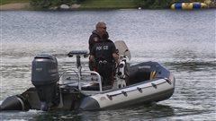 un b�teau gonflable � moteur avec deux policiers dedans