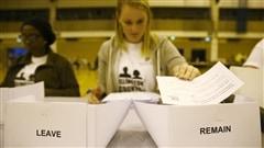 Plusieurs personnes comptent les r�sultats, apr�s la fermeture des bureaux de vote, � Londres.