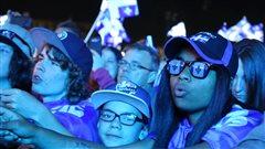 Des jeunes parmi la foule lors du spectacle de la f�te nationale.