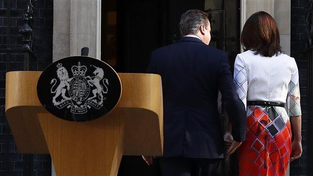 Le premier ministre David Cameron, accompagn� de sa femme, retourne � sa r�sidence, apr�s avoir annonc� qu'il quittera ses fonctions d'ici trois mois.