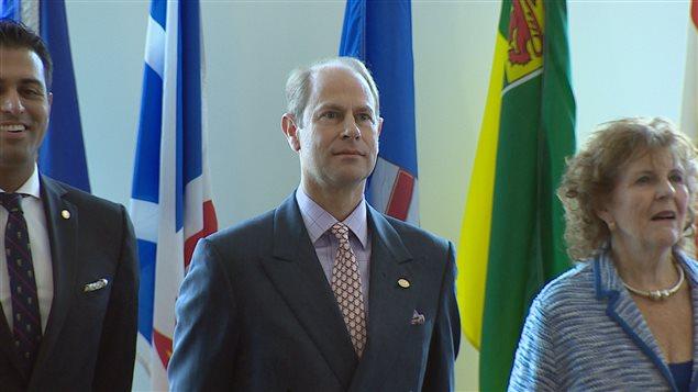 Le Prince �douard � Calgary lors de la c�r�monie de remise de prix d'excellence � 150 jeunes albertains.