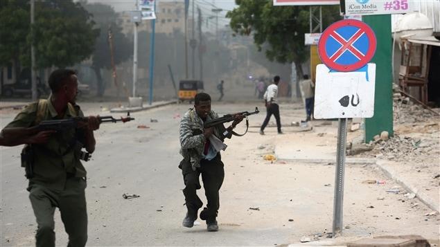 Une autre attaque contre un hôtel somalien. Les autorités tentent ici de reprendre le contrôle de l'hôtel Naasa Hablood à Mogadiscio.