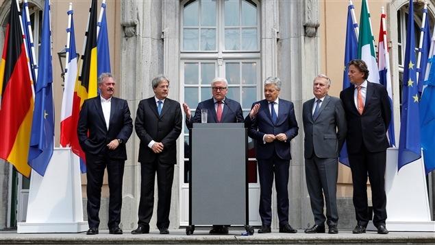 Les ministres des Affaires �trang�res des six pays fondateurs de la communaut� europ�enne. De gauche � droite : Jean Asselborn (Luxembourg), Paolo Gentiloni (Italie), Frank-Walter Steinmeier (Allemagne), Jean-Marc Ayrault (France), Didier Reynders (Belgique), Bert Koenders (Allemagne).
