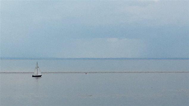 Un voilier à l'horizon