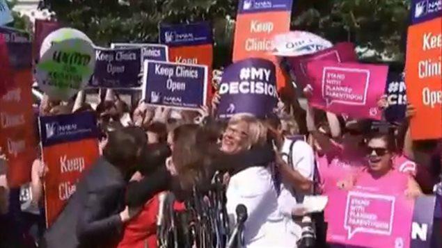 Un grupo de defensores del derecho de las mujeres a decidir sobre su maternidad celebra la decisión de la Corte Suprema de Justicia de Estados Unicos confirmando el derecho al aborto.