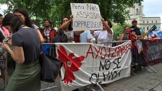 Une poignée de manifestants ont accueilli le président du Mexique à Québec.
