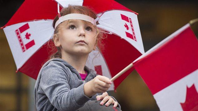 Une enfant qui assiste au d�fil� de la f�te du Canada (archives)