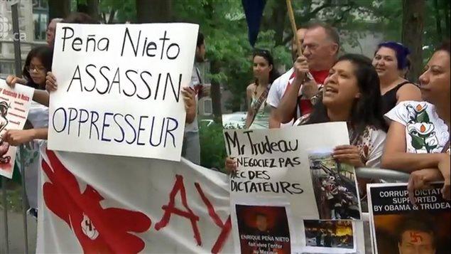 Miembros de la sociedad civil manifiestan contra la visita del presidente mexicano en Quebec.