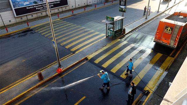 Nettoyage d'une rue de l'a�roport d'Istanbul au lendemain des explosions