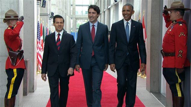 Le président du Mexique, Enrique Pena Nieto (gauche), le premier ministre Justin Trudeau (centre) et le président des États-Unis, Barack Obama (droite).