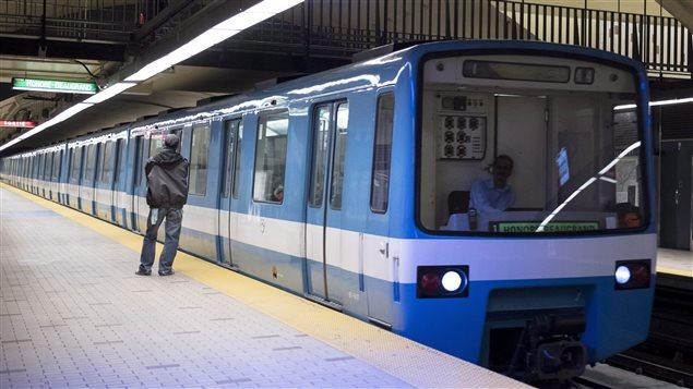حافلات قطار الأنفاق مترو مونتريال التي يتم استبدالها تدريجيا بحافلات حديثة