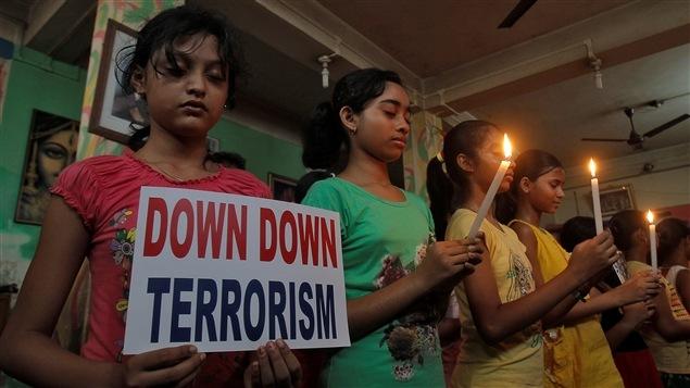 Des élèves indiens appellent à l'éradication du terrorisme.