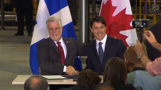 رئيس الوزراء الكندي جوستان ترودو إلى اليمين ورئيس حكومة كيبك فيليب كويار إلى اليسار