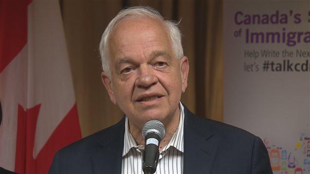 Le ministre de l'Immigration, John McCallum, lors d'une table ronde sur l'immigration, à Moncton, N.-B.