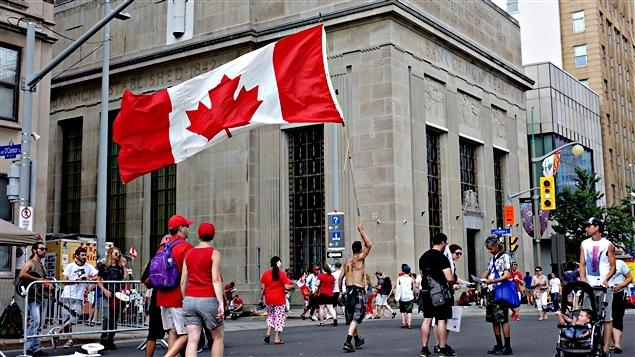 علم كندا يرفرف فوق هضبة البرلمان خلال الاحتفال بعيد كندا الوطني العام الماضي 2016