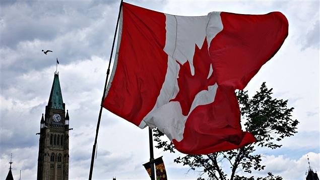 علم كندا يرفرف على الهضبة البرلمانية في أوتاوا في يوم كندا الوطني في الأول من تموز (يوليو) الفائت