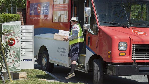 Un employé de Postes Canada
