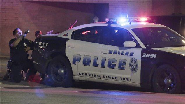 Des policiers de Dallas près du lieu où une dizaine de leurs confrères ont été ciblés par deux tireurs.