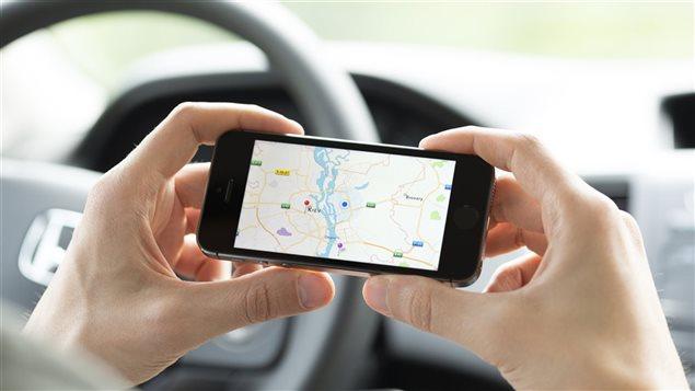 L'utilisation d'un GPS sur la route est devenue une habitude courante.