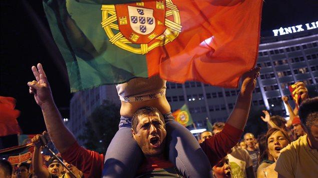 Des Portugais célèbrent à Lisbonne après la victoire 1-0 de leur équipe contre la France en finale de l'Euro 2016.