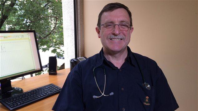 Le docteur Conway, directeur médical du Centre des maladies infectieuses de Vancouver