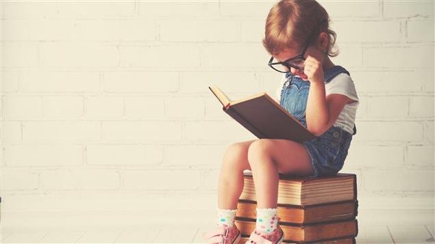 Un enfant lit un livre