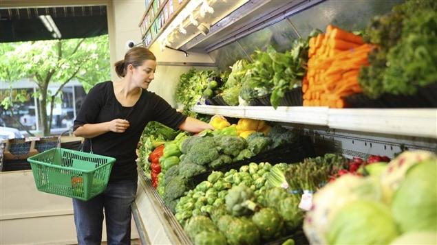 Sección de vegetales en un supermercado