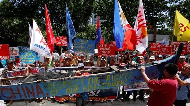 Des manifestants devant le consulat chinois à Manille aux Philippines