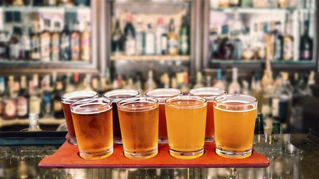 Des bières artisanales sur un comptoir