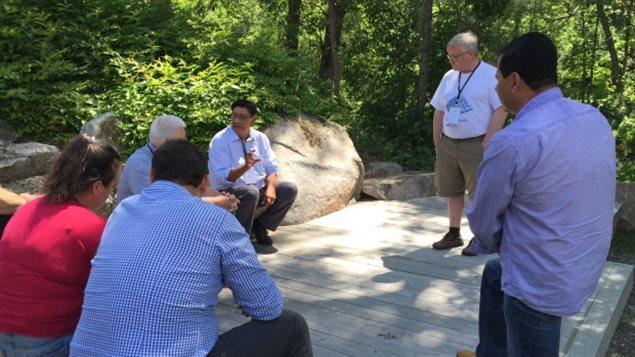 Des autochtones discutent d'énergie propre à Wakefield, en Outaouais.