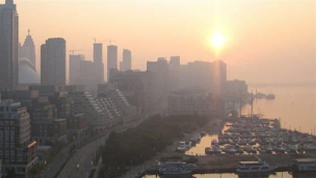 Journée de smog à Toronto. ((Dwight Friesen/CBC))