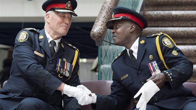 Mark Saunders, à droite, chef de la police de Toronto, le jour de son assermentation le 17 avril 2015.