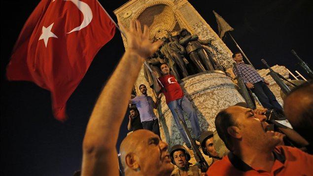 Des partisans du président Erdogan manifestent à la place Taksim.