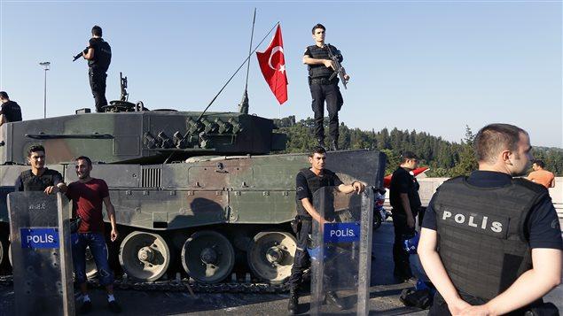 Des policiers montent la garde aux abords du pont du Bosphore à la suite de l'échec du coup d'État en Turquie.