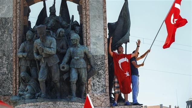 Des manifestants contre le coup d'État qui a échoué en Turquie