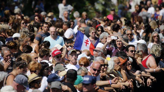 Foule rassemblée à Nice pour la minute de silence, le 18 juillet