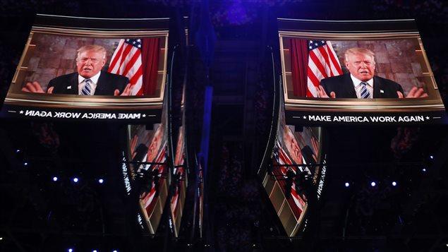 Le candidat d�sign� Donald Trump s'adresse aux partisans par vid�oconf�rence lors de la Convention nationale du Parti r�publicain � Cleveland en Ohio le 20 juillet 2016.