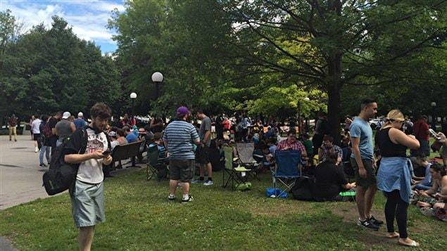Des adeptes du jeu Pokemon Go se rassemblent dans le parc de la Conf�d�ration