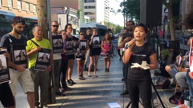 Une vingtaine d'opposants de la politique canadienne actuelle en matière d'immigration ont préparé un comité d'accueil au ministre fédéral John McCallum de passage à Toronto.