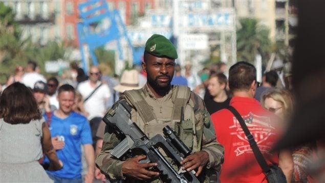 Un militaire circule sur la promenade des Anglais, � Nice.