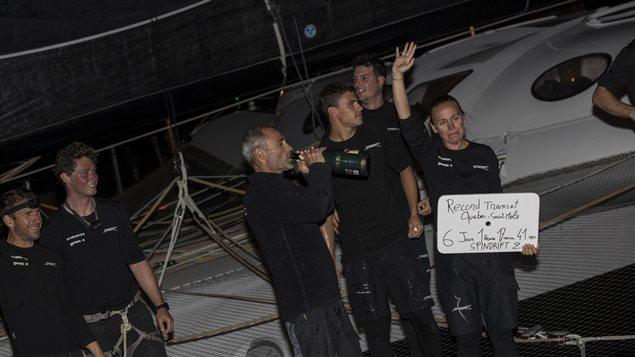 L'équipage sabre le champagne à son arrivée.