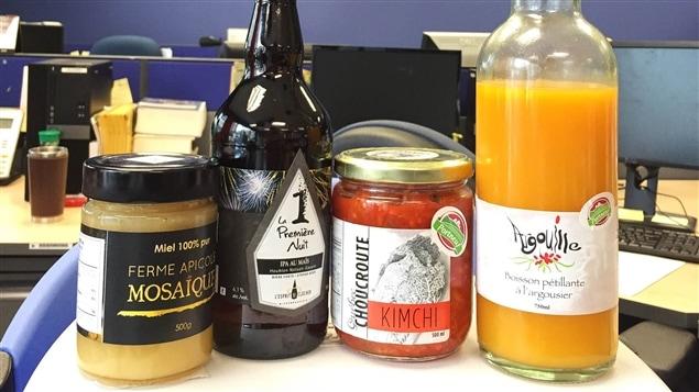 Un pot de miel, une bière, de la choucroute et une boisson pétillante