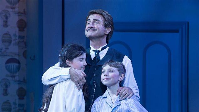 Le jeune William Coallier sur scène avec Alice Déry et René Simard dans <em>Mary Poppins</em>