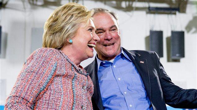 La candidate pr�sidentielle d�mocrate Hillary Clinton et le s�nateur Tim Kaine, de la Virginie, participent � un rassemblement au Northern Virginia Community College, � Annandale, en Virginie, le 14 juillet 2016.