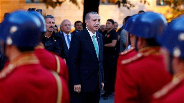 Le président turc Tayyip Erdogan examine une garde d'honneur à son arrivée au Parlement turc à Ankara, en Turquie, le 22 Juillet, 2016